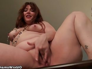 American mom jewels gives her pantyhosed pussy a..
